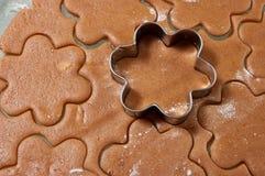 Μπισκότα μελοψωμάτων ψησίματος Στοκ εικόνες με δικαίωμα ελεύθερης χρήσης