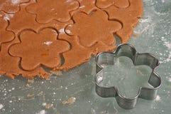 Μπισκότα μελοψωμάτων ψησίματος Στοκ Εικόνα