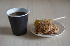 Μπισκότα με ένα πλαστικό φλυτζάνι της ζάχαρης Στοκ φωτογραφίες με δικαίωμα ελεύθερης χρήσης