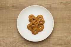 Μπισκότα με μια τρύπα, γλυκός πειρασμός Επιδόρπιο στο άσπρο πιάτο και Στοκ φωτογραφία με δικαίωμα ελεύθερης χρήσης