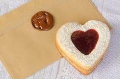 Μπισκότα με μορφή της καρδιάς με τη μαρμελάδα σμέουρων Στοκ Φωτογραφία