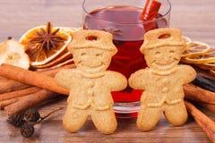Μπισκότα μελοψωμάτων ή Χριστουγέννων, ποτήρι του θερμαμένου κρασιού και καρυκεύματα στοκ εικόνες