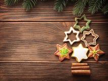 Μπισκότα μελοψωμάτων που συσσωρεύονται ως χριστουγεννιάτικο δέντρο Στοκ εικόνα με δικαίωμα ελεύθερης χρήσης