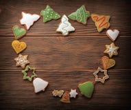 Μπισκότα μελοψωμάτων Χριστουγέννων και δέντρο έλατου στο υπόβαθρο υφάσματος Στοκ φωτογραφίες με δικαίωμα ελεύθερης χρήσης