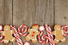 Μπισκότα μελοψωμάτων Χριστουγέννων, και peppermints στο αγροτικό ξύλο Στοκ Εικόνα