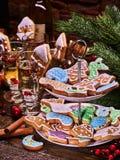 Μπισκότα μελοψωμάτων Χριστουγέννων στην τοποθετημένα στη σειρά στάση μπισκότων και whine το μπουκάλι Στοκ φωτογραφία με δικαίωμα ελεύθερης χρήσης