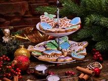 Μπισκότα μελοψωμάτων Χριστουγέννων στην τοποθετημένη στη σειρά στάση μπισκότων Στοκ εικόνες με δικαίωμα ελεύθερης χρήσης