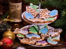 Μπισκότα μελοψωμάτων Χριστουγέννων στην τοποθετημένη στη σειρά στάση μπισκότων Στοκ Φωτογραφία