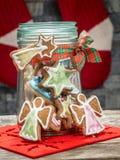 Μπισκότα μελοψωμάτων Χριστουγέννων στο βάζο γυαλιού στοκ φωτογραφίες με δικαίωμα ελεύθερης χρήσης