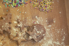 Μπισκότα μελοψωμάτων Χριστουγέννων Hommade - μαλακή εστίαση στο αστέρι μπισκότων Στοκ Φωτογραφίες