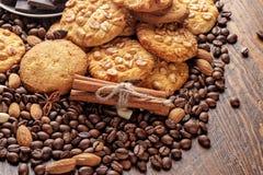 Μπισκότα με τα φυστίκια, πιατάκι με τα κομμάτια της σοκολάτας και διεσπαρμένα φασόλια καφέ Στοκ εικόνα με δικαίωμα ελεύθερης χρήσης