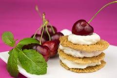 Μπισκότα με την κτυπημένα κρέμα και το κεράσι Στοκ Φωτογραφία