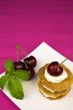 Μπισκότα με την κτυπημένα κρέμα και το κεράσι Στοκ εικόνα με δικαίωμα ελεύθερης χρήσης