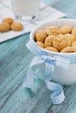 Μπισκότα με την μπλε κορδέλλα και το γάλα Στοκ εικόνα με δικαίωμα ελεύθερης χρήσης