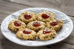 Μπισκότα με τη μαρμελάδα σε ένα πιάτο στοκ εικόνα με δικαίωμα ελεύθερης χρήσης