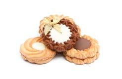 Μπισκότα με τη σοκολάτα στην άσπρη ανασκόπηση Στοκ φωτογραφία με δικαίωμα ελεύθερης χρήσης