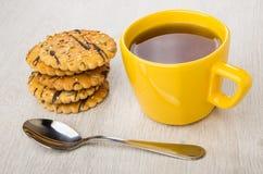 Μπισκότα με τους σπόρους ηλίανθων, το σουσάμι, το κουταλάκι του γλυκού και το φλυτζάνι του τσαγιού Στοκ Φωτογραφία