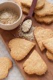 Μπισκότα με τους σπόρους σουσαμιού με μορφή της καρδιάς στοκ φωτογραφία με δικαίωμα ελεύθερης χρήσης