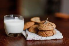 Μπισκότα με το γάλα στον πίνακα στοκ εικόνες