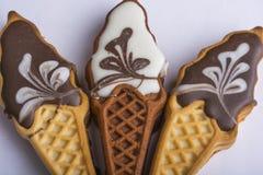 Μπισκότα με το ζωηρόχρωμο λούστρο Γλυκά υπό μορφή παγωτού Διακοπές για τα παιδιά Εύγευστα σπιτικά μπισκότα σε ένα άσπρο backg στοκ φωτογραφίες