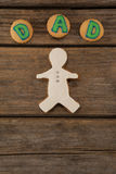 Μπισκότα με το κείμενο μπαμπάδων στον ξύλινο πίνακα Στοκ εικόνα με δικαίωμα ελεύθερης χρήσης