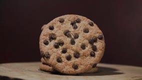 Μπισκότα με crumbs σοκολάτας, περιστροφή 360 βαθμοί απόθεμα βίντεο