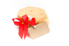 Μπισκότα με macadamia το καρύδι και την κόκκινη κορδέλλα στο άσπρο backgroun Στοκ Εικόνα