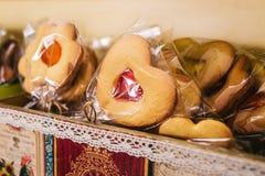 Μπισκότα μορφής καρδιών σε ένα ραβδί στοκ φωτογραφία με δικαίωμα ελεύθερης χρήσης