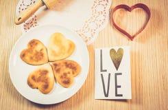Μπισκότα μορφής καρδιών στον ξύλινο πίνακα στοκ φωτογραφία με δικαίωμα ελεύθερης χρήσης