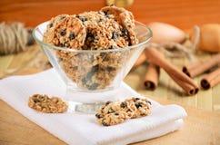 Μπισκότα μπισκότων σε ένα βάζο γυαλιού στην άσπρη πετσέτα κουζινών Στοκ Εικόνες
