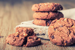 Μπισκότα μπισκότων σοκολάτας Μπισκότα σοκολάτας στην άσπρη πετσέτα λινού στον ξύλινο πίνακα Στοκ εικόνα με δικαίωμα ελεύθερης χρήσης