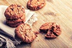Μπισκότα μπισκότων σοκολάτας Μπισκότα σοκολάτας στην άσπρη πετσέτα λινού στον ξύλινο πίνακα Στοκ Φωτογραφία