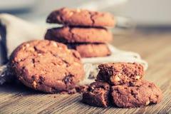 Μπισκότα μπισκότων σοκολάτας Μπισκότα σοκολάτας στην άσπρη πετσέτα λινού στον ξύλινο πίνακα Στοκ εικόνες με δικαίωμα ελεύθερης χρήσης