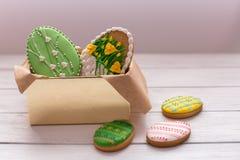 Μπισκότα Πάσχας σε ένα κιβώτιο στο γκρίζο ξύλινο υπόβαθρο Στοκ Εικόνες