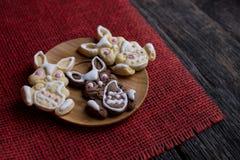 Μπισκότα Πάσχας στον πίνακα Στοκ Εικόνες