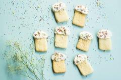 Μπισκότα Πάσχας 2 όλα τα αυγά Πάσχας έννοιας νεοσσών κάδων ανθίζουν τη χλόη χρωμάτισαν τις τοποθετημένες νεολαίες Άνοιξη Στοκ Εικόνα