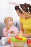 μπισκότα Πάσχα μωρών που τρώνε τη μητέρα Στοκ Φωτογραφία