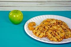 Μπισκότα πιτών της Apple και καραμέλα καραμέλας στο πιάτο Στοκ Φωτογραφία