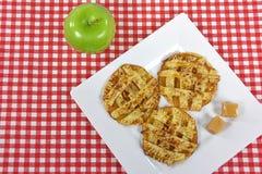 Μπισκότα πιτών της Apple με την καραμέλα καραμέλας Στοκ Φωτογραφίες