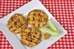 Μπισκότα πιτών της Apple στο τετραγωνικό πιάτο Στοκ Φωτογραφία
