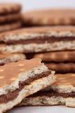 Μπισκότα που γεμίζουν με τη σοκολάτα Στοκ Φωτογραφίες