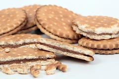 Μπισκότα που γεμίζουν με τη σοκολάτα Στοκ Εικόνες