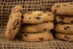 Μπισκότα που δένονται με μια γκρίζα σειρά γιούτας σε ένα τόξο Μπισκότα του swee στοκ εικόνες