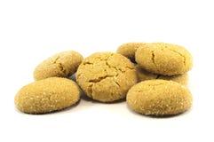 Μπισκότα που καλύπτονται με τη ζάχαρη που απομονώνεται πέρα από το λευκό στοκ φωτογραφίες