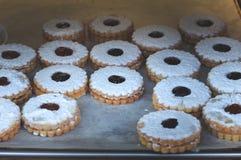 Μπισκότα που καλύπτονται με τη σκόνη ζάχαρης και με τη μαρμελάδα μήλων για την πώληση στην αγορά Τοπ όψη Κινηματογράφηση σε πρώτο Στοκ φωτογραφία με δικαίωμα ελεύθερης χρήσης