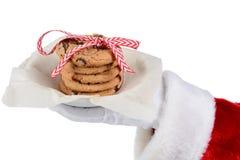 μπισκότα που κρατούν το santa π& Στοκ Φωτογραφίες