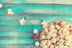 Μπισκότα που περιβάλλονται εορταστικά από Christmas-tree τις διακοσμήσεις Στοκ Φωτογραφίες
