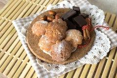 Μπισκότα σε ένα ξύλινο πιάτο Στοκ Φωτογραφία