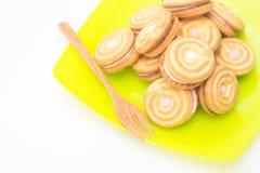 Μπισκότα σε πράσινο δίσκο με το ξύλινο δίκρανο Στοκ Εικόνες