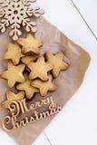 Μπισκότα σε χαρτί του Κραφτ με ξύλινο snowflake και μια επιγραφή Στοκ εικόνα με δικαίωμα ελεύθερης χρήσης